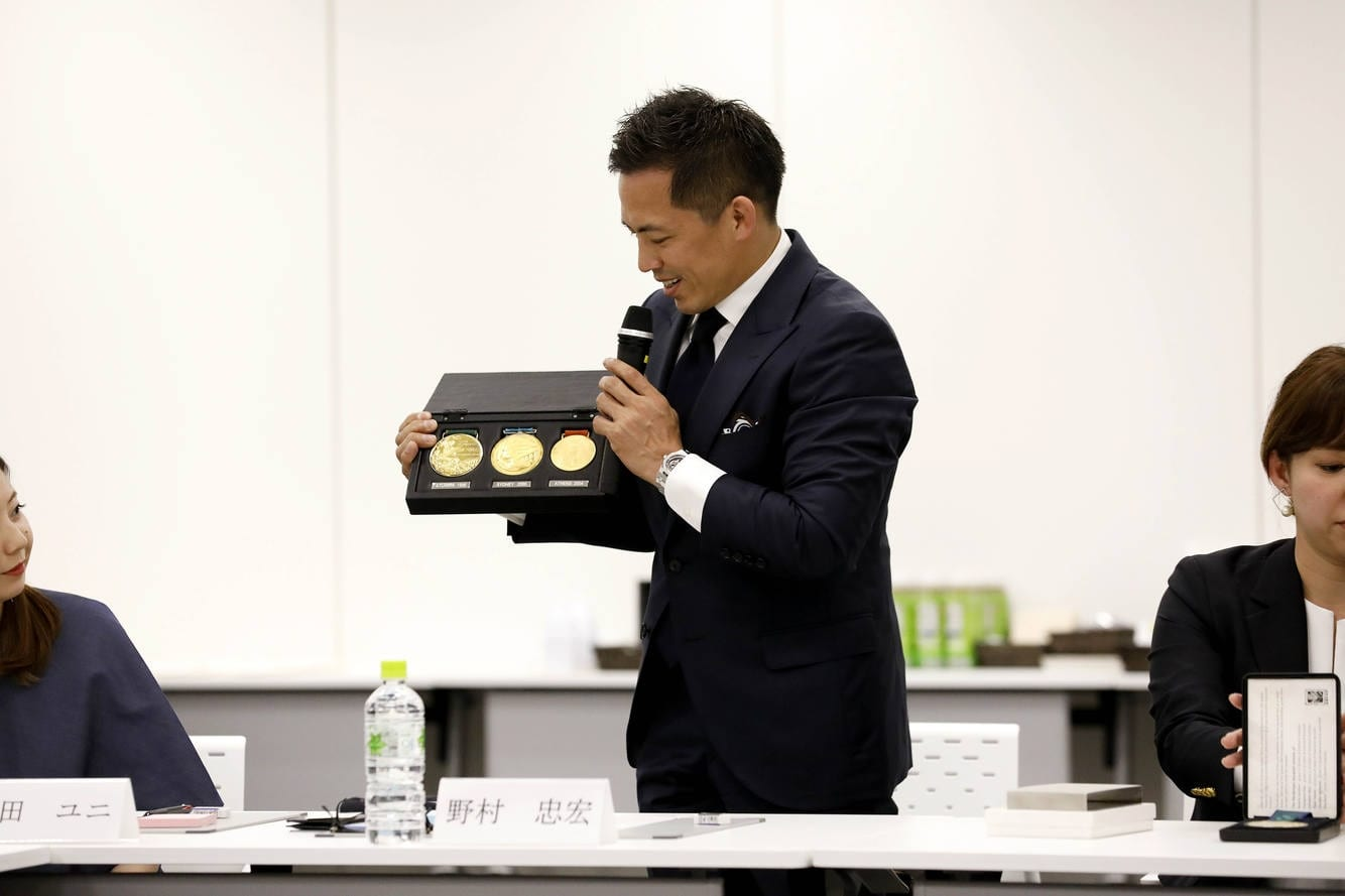 Nomura shows his medals